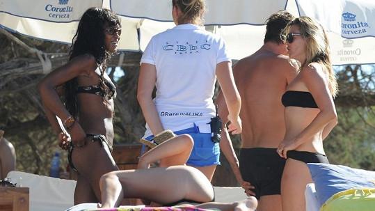 Naomi Campbell a Kate Moss vyrazily na Ibizu.