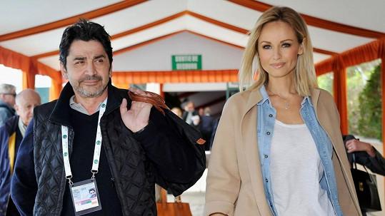 Adriana Sklenaříková se za Andrého Ohaniana vdala bez přítomnosti otce.