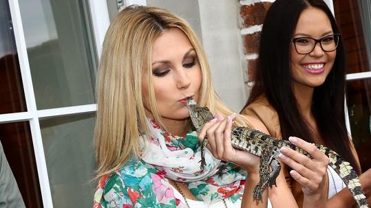 Sandra Parmová se mazlila s krokodýlem.