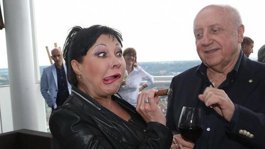 Dáda Patrasová a její úškleb. Felix Slováček by jí doutník nejradši vzal z rukou.