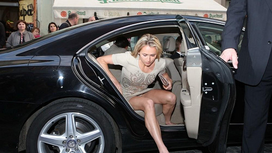 Manželka Romana Šebrleho neuhlídala své šatičky.