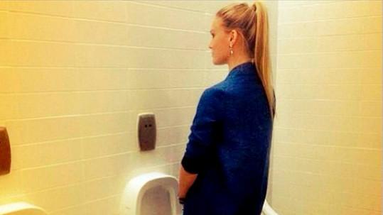 Bar Refaeli se na pánských záchodech zalíbilo.
