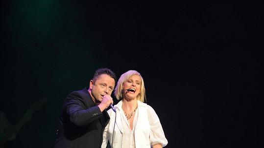 Iveta Bartošová zpívá duet s Petrem Mukem.
