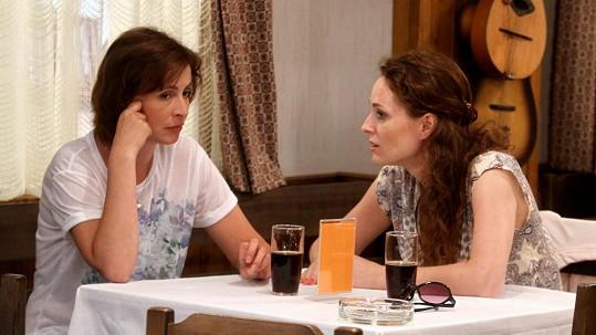 Markéta Hrubešová se před kamerou potkává se svou seriálovou sestrou Lenkou Vlasákovou.