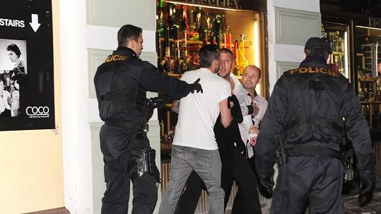 Policie opět zasahovala před barem v centru Prahy.