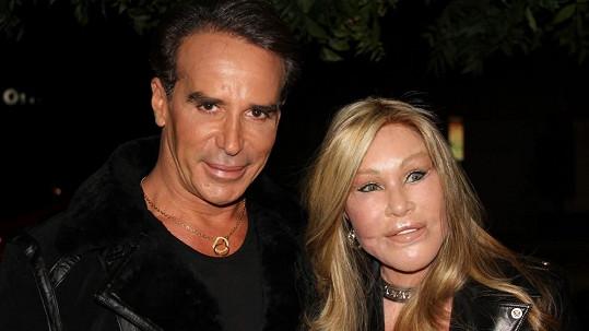 Jocelyn Wildenstein s partnerem Lloydem Kleinem se asi nechávají 'přešívat' u stejného plastického chirurga.