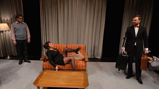 Bára Hrzánová ukazuje nohy až k rozkroku.