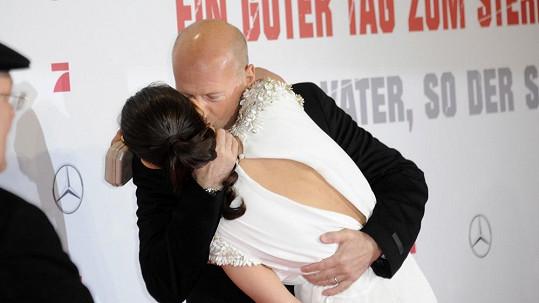 Bruce Willis svou manželku zbožňuje.