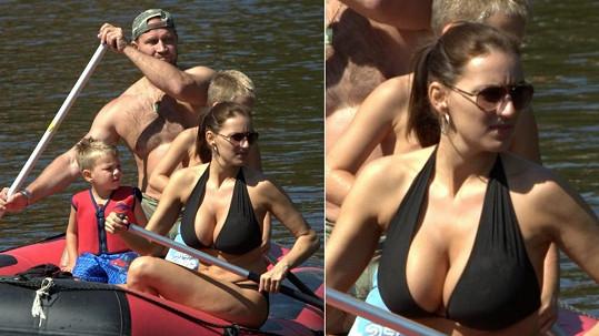 Je div, že se člun nepřevrátil! Lucie Králová i na vodě ukazuje svá obří ňadra.