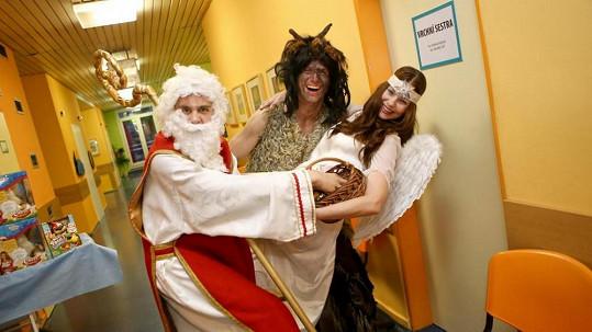 Herci z Cest domů potěšili děti v nemocnici.