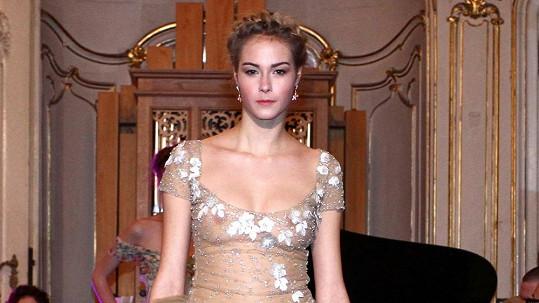 Modelka musí na molu ukázat skoro více než doma partnerovi.