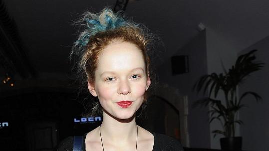 Anna je zase zrzka, ale co ten modrozelený pruh?