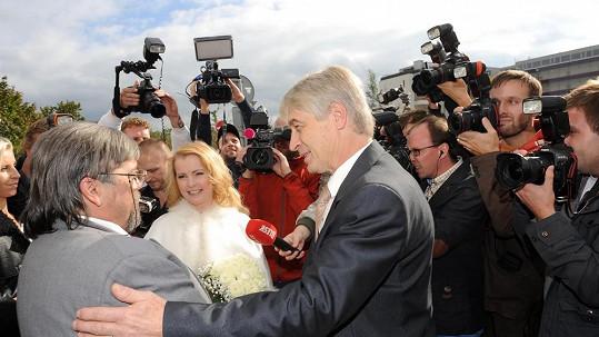 Iveta Bartošová a Josef Rychtář se svědkem Janem Saavedrou.