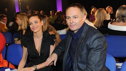 Andrea Verešová s manželem a neposlušnou podprsenkou.