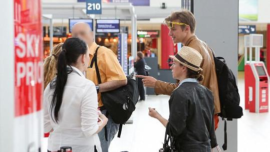 Tatiana Vilhelmová a Vojta Dyk na letišti