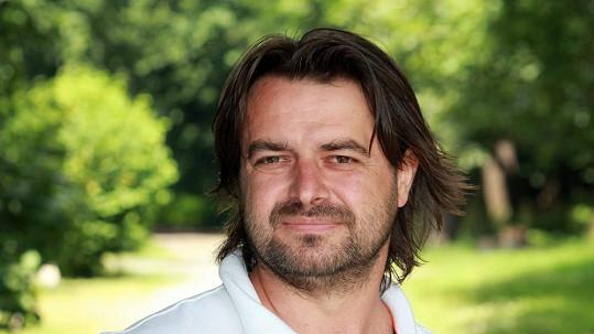 Zdeněk Macura odmítá uvěřit tomu, že se jeho láska Iveta vdává za Rychtáře.