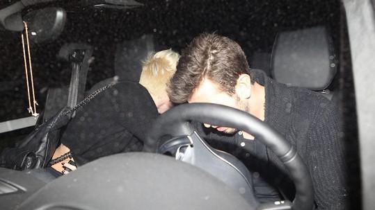 Miley Cyrus načapali s neznámým mužem.