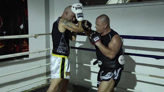 Daniel Landa (vlevo) poctivě trénuje na zápas v thajském boxu.