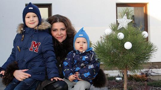 Ilona se syny Danielem a Dominikem se těší na Vánoce.