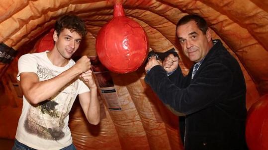 Mirek Etzler a Radúz Mácha si zaboxovali v nafukovacím střevě.