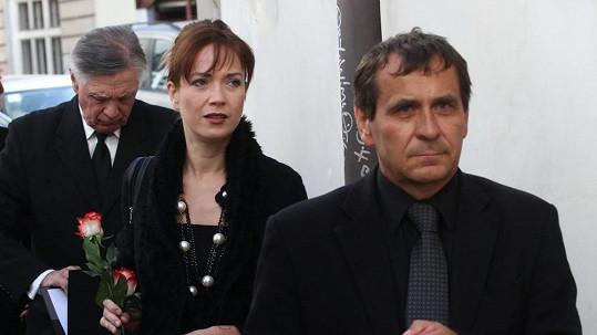 Tereza Kostková a Petr Kracik na pohřbu Jiřího Krejčíka