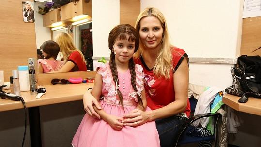 Charlottka ve své šatně s maminkou Ivanou