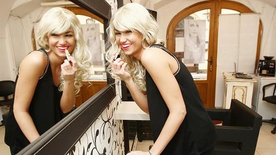 Blond paruka se Lucii Smatanové moc nelíbila.