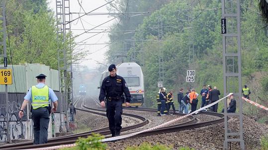 Policisté a hasiči zasahují na místě činu.