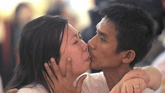 Thajský manželský pár se vydržel líbat nepřetržitě více než 58 hodin.