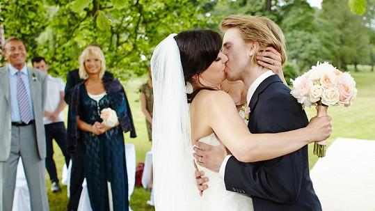 První manželský polibek byl vášnivý.