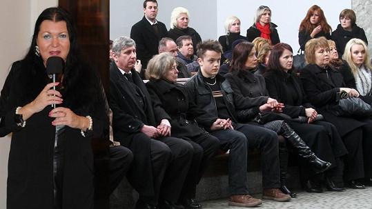 Zdrcená rodina. Zleva: přítel Yvetty Ajchlerové, její maminka a synovec.
