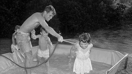 Bobby se dětem věnoval. S dcerou Kathleen a synem Josephem při vodních radovánkách.