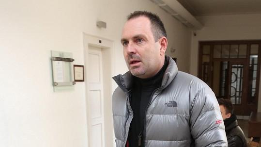 Michal Červín přichází na jednání Vrchního soudu bez advokáta.