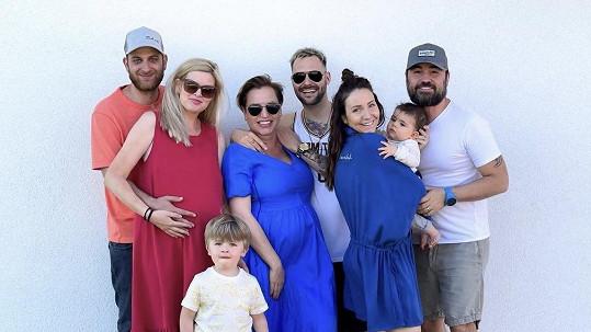 Nikol Štíbrová, Veronika Arichteva a Martina Pártlová s rodinami