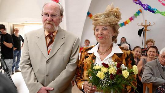 Libuše Švormová a Petr Pelzer na seriálové svatební fotce