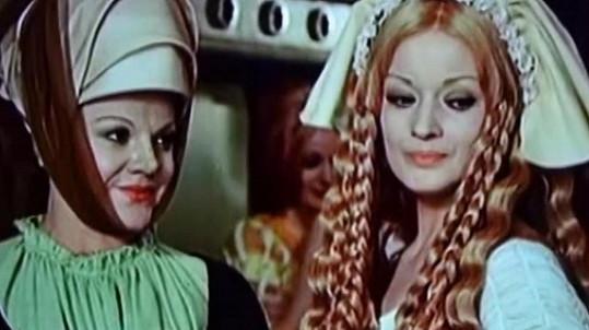 Slávka Budínová (vlevo) a Jana Brejchová ve filmu Noc na Karlštejně (1974)