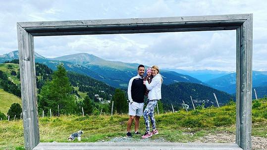 Bývalá tenistka a hokejista vyrazili s dcerkou Leontýnkou na dovolenou.