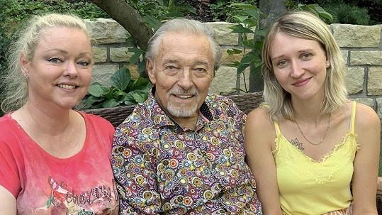 Karel Gott na poslední fotce s dcerami Dominikou a Lucií