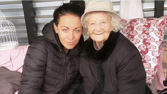 Agáta s babičkou