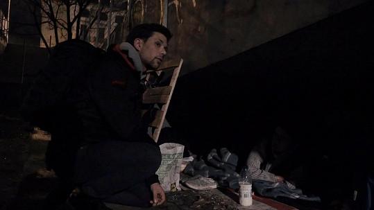 Noc strávil s bezdomovci.