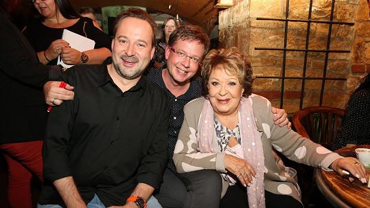 Aleš Cibulka s životním partnerem Michalem Jagelkou (vlevo) a Jiřinou Bohdalovou