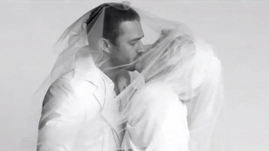 Zpěvačku ve svatebním ještě asi nějaký čas neuvidíme...