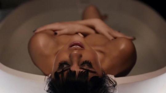 V klipu se Gomez kompletně svlékla.