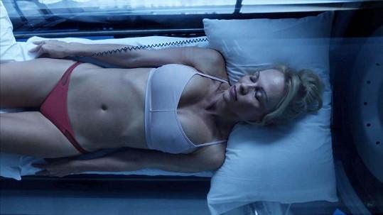 Pamela Anderson v krátkém snímku Connected
