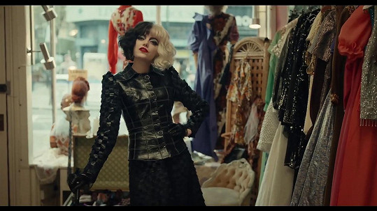 Emma Stone jako Cruella de Vil