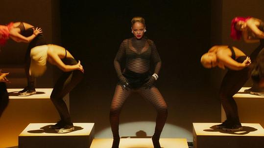 Rihanna odstartovala svou show tanečním vystoupením v prádle.