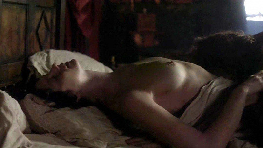 Caitriona Balfe a Sam Heughan v postelové scéně