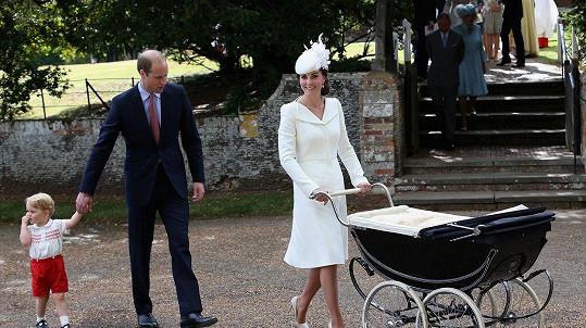 Kate s manželem Williamem a synem Georgem míří na křtiny princezny Charlotte (2015).
