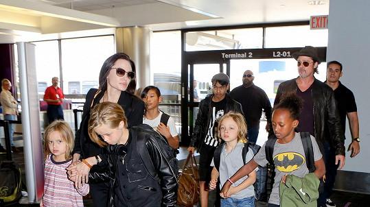 Brad Pitt a Angelina Jolie s dětmi (Maddox vzadu uprostřed)