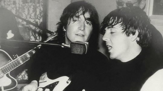 John Lennon a Paul McCartney na snímku z roku 1964
